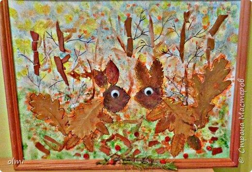 """Поймала себя на мысли, что детский садик задает нам темы для творчества )). Поделка на последний праздник осени. Выбрала аппликацию листьями, чтобы легко можно было сделать вместе с Витей. Грунтованный картон 40 х 30, засушенные листья, ягоды, кусочки коры. Фон  Витя рисовал """"водянистым """" акрилом (получился эффект акварели), тычками кисти и пальцами изобразил листья, мазками - стволы деревьев. Я подрисовала тонкие ветки маркером и приклеила мелкие кусочки коры. Белок, конечно, я выложила, прикинула расположение, Витя помогал клеить. Потом покрыла все акриловым лаком.  фото 4"""