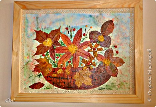 """Поймала себя на мысли, что детский садик задает нам темы для творчества )). Поделка на последний праздник осени. Выбрала аппликацию листьями, чтобы легко можно было сделать вместе с Витей. Грунтованный картон 40 х 30, засушенные листья, ягоды, кусочки коры. Фон  Витя рисовал """"водянистым """" акрилом (получился эффект акварели), тычками кисти и пальцами изобразил листья, мазками - стволы деревьев. Я подрисовала тонкие ветки маркером и приклеила мелкие кусочки коры. Белок, конечно, я выложила, прикинула расположение, Витя помогал клеить. Потом покрыла все акриловым лаком.  фото 8"""