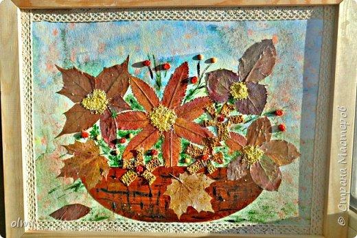 """Поймала себя на мысли, что детский садик задает нам темы для творчества )). Поделка на последний праздник осени. Выбрала аппликацию листьями, чтобы легко можно было сделать вместе с Витей. Грунтованный картон 40 х 30, засушенные листья, ягоды, кусочки коры. Фон  Витя рисовал """"водянистым """" акрилом (получился эффект акварели), тычками кисти и пальцами изобразил листья, мазками - стволы деревьев. Я подрисовала тонкие ветки маркером и приклеила мелкие кусочки коры. Белок, конечно, я выложила, прикинула расположение, Витя помогал клеить. Потом покрыла все акриловым лаком.  фото 7"""