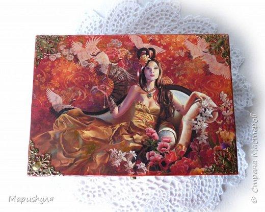 """Добрый вечер, Страна! Сегодня хочу показать шкатулочку, которую сделала подруге на день рождения.  Назвала ее """" Принцесса Аматэрасу"""". Аматэрасу — старое азиатское имя родом из Японии. Оно состоит из нескольких основных частей: «ама» — переводится, как «небо», а «тэрасу» — как «светить». Если расшифровывать буквально, то данное имя имеет значение «светящаяся в небе», но стоит так же отметить, что в древне-японской  мифологии существовала такая богиня солнца, которая правила на небесах и ее звали именно «Аматэрасу». Героиня шкатулки очень похожа на мою подругу, поэтому и выбрана эта картинка. фото 10"""