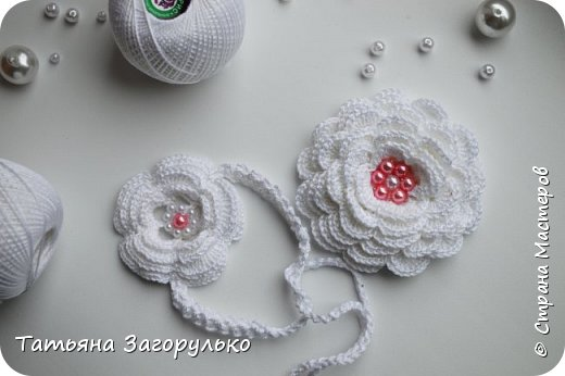 Детское платье выполненное в технике брюггского кружева из 100% мерсеризованного хлопка. нитки Ирис пнк им Кирова. Размер 58-60, длина 48 см, на 2 - 2,5 года. Отложной воротничок из мотивов, по спине шнуровка высотой с пройму. Использовала перламутровые бусины 2х цветов и акриловые шапочки на концах шнурков фото 10
