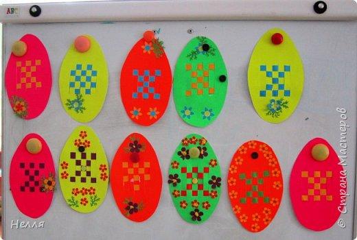 Впервые сделала с детьми старшей группы пасхальные яйца, украшенные плетением бумагой. Такие получились у нас писанки. фото 1