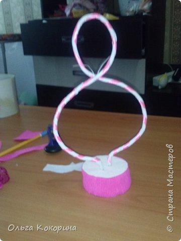 Готовим подарки на 8 марта! Восьмёрка сделана из проволоки (кабеля), обвёрнута гофрированной бумагой и атласной лентой, подставка из пеноплекса. фото 11