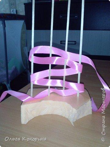 Готовим подарки на 8 марта! Восьмёрка сделана из проволоки (кабеля), обвёрнута гофрированной бумагой и атласной лентой, подставка из пеноплекса. фото 14