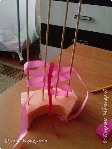 Готовим подарки на 8 марта! Восьмёрка сделана из проволоки (кабеля), обвёрнута гофрированной бумагой и атласной лентой, подставка из пеноплекса. фото 15