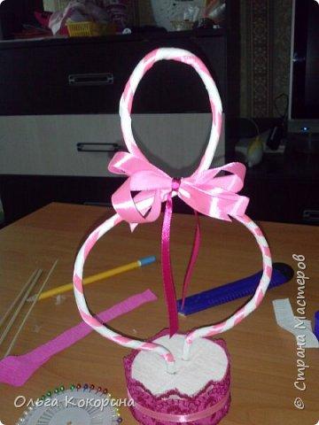Готовим подарки на 8 марта! Восьмёрка сделана из проволоки (кабеля), обвёрнута гофрированной бумагой и атласной лентой, подставка из пеноплекса. фото 16