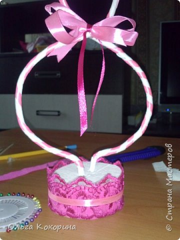 Готовим подарки на 8 марта! Восьмёрка сделана из проволоки (кабеля), обвёрнута гофрированной бумагой и атласной лентой, подставка из пеноплекса. фото 13