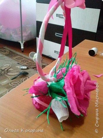 Готовим подарки на 8 марта! Восьмёрка сделана из проволоки (кабеля), обвёрнута гофрированной бумагой и атласной лентой, подставка из пеноплекса. фото 18
