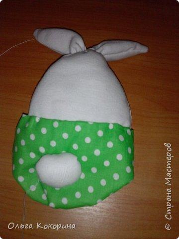 Предлагаю вашему вниманию пасхального кролика. Материалы затрачены минимальные, время занимает час-полтора. Понадобится ткань х/б белая или светлых тонов, примерно 30*30 см, ткань цветная 15*20, фетр оранжевый и зеленый, швейные нитки, игла, синтепон. фото 11