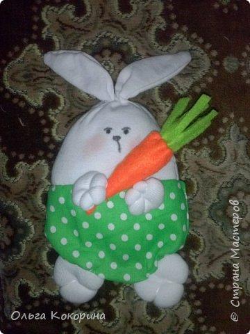 Предлагаю вашему вниманию пасхального кролика. Материалы затрачены минимальные, время занимает час-полтора. Понадобится ткань х/б белая или светлых тонов, примерно 30*30 см, ткань цветная 15*20, фетр оранжевый и зеленый, швейные нитки, игла, синтепон. фото 1