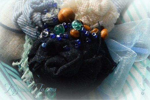 Попробовав себя в изготовлении текстильных брошей  http://stranamasterov.ru/node/1085490 , я поняла,что остановиться в этом деле сложно... Стала экспериментировать с джинсой. фото 4