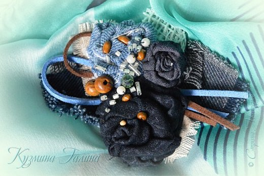 Попробовав себя в изготовлении текстильных брошей  http://stranamasterov.ru/node/1085490 , я поняла,что остановиться в этом деле сложно... Стала экспериментировать с джинсой. фото 5