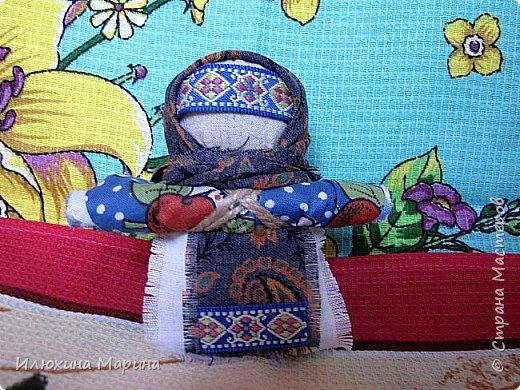Всем доброе время суток,жители СМ!!!Во время поста решила заняться изучением кукл-оберегов. ну и конечно же изготовлением их. И так наберитесь немного терпения, мои дорогие.,потому что мне хочется рассказать вам немного о них. Куколка-Крупеничка - называют еще Зернушка, Зерновушка или Горошинка. Крупеничка на вид простая, но зато имеет большое символическое значение, поэтому она имеет статус «главной куклы в доме». У древних славян основным видом питания была каша, которая, как они верили, давала «мощную жизненную силу», поэтому процессу выращивания зерна придавали огромное значение. Так при посеве зерна, первые зернышки брали из мешочка этой куколки, т. к. они имели значение «сбережённых сил Кормилицы Земли».  Источник: http://nacrestike.ru/publ/interesnoe/slavjanskie_kukly_oberegi_iz_tkani/10-1-0-1439#a5 © nacrestike.ru фото 1