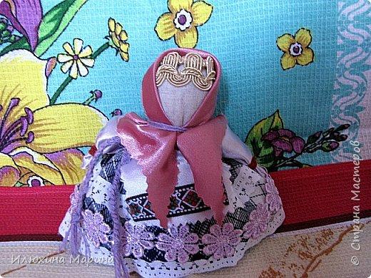 Всем доброе время суток,жители СМ!!!Во время поста решила заняться изучением кукл-оберегов. ну и конечно же изготовлением их. И так наберитесь немного терпения, мои дорогие.,потому что мне хочется рассказать вам немного о них. Куколка-Крупеничка - называют еще Зернушка, Зерновушка или Горошинка. Крупеничка на вид простая, но зато имеет большое символическое значение, поэтому она имеет статус «главной куклы в доме». У древних славян основным видом питания была каша, которая, как они верили, давала «мощную жизненную силу», поэтому процессу выращивания зерна придавали огромное значение. Так при посеве зерна, первые зернышки брали из мешочка этой куколки, т. к. они имели значение «сбережённых сил Кормилицы Земли».  Источник: http://nacrestike.ru/publ/interesnoe/slavjanskie_kukly_oberegi_iz_tkani/10-1-0-1439#a5 © nacrestike.ru фото 3
