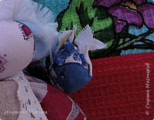 Всем доброе время суток,жители СМ!!!Во время поста решила заняться изучением кукл-оберегов. ну и конечно же изготовлением их. И так наберитесь немного терпения, мои дорогие.,потому что мне хочется рассказать вам немного о них. Куколка-Крупеничка - называют еще Зернушка, Зерновушка или Горошинка. Крупеничка на вид простая, но зато имеет большое символическое значение, поэтому она имеет статус «главной куклы в доме». У древних славян основным видом питания была каша, которая, как они верили, давала «мощную жизненную силу», поэтому процессу выращивания зерна придавали огромное значение. Так при посеве зерна, первые зернышки брали из мешочка этой куколки, т. к. они имели значение «сбережённых сил Кормилицы Земли».  Источник: http://nacrestike.ru/publ/interesnoe/slavjanskie_kukly_oberegi_iz_tkani/10-1-0-1439#a5 © nacrestike.ru фото 5