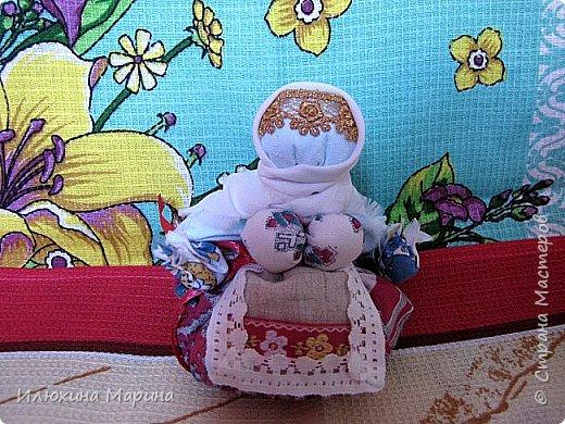 Всем доброе время суток,жители СМ!!!Во время поста решила заняться изучением кукл-оберегов. ну и конечно же изготовлением их. И так наберитесь немного терпения, мои дорогие.,потому что мне хочется рассказать вам немного о них. Куколка-Крупеничка - называют еще Зернушка, Зерновушка или Горошинка. Крупеничка на вид простая, но зато имеет большое символическое значение, поэтому она имеет статус «главной куклы в доме». У древних славян основным видом питания была каша, которая, как они верили, давала «мощную жизненную силу», поэтому процессу выращивания зерна придавали огромное значение. Так при посеве зерна, первые зернышки брали из мешочка этой куколки, т. к. они имели значение «сбережённых сил Кормилицы Земли».  Источник: http://nacrestike.ru/publ/interesnoe/slavjanskie_kukly_oberegi_iz_tkani/10-1-0-1439#a5 © nacrestike.ru фото 4