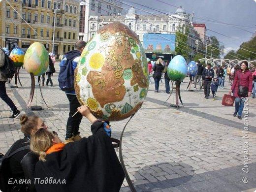 Дорогие друзья! Наконец-то я сегодня выбралась на Софиевскую площадь в Киеве, где на Пасхальные праздники расположена шикарная выставка писанок! Мне очень стыдно, что рядом живу, а вот сподобилась только сегодня, в воскресенье... Вот, постараюсь и вам передать мой восторг! фото 19