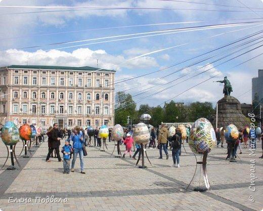 Дорогие друзья! Наконец-то я сегодня выбралась на Софиевскую площадь в Киеве, где на Пасхальные праздники расположена шикарная выставка писанок! Мне очень стыдно, что рядом живу, а вот сподобилась только сегодня, в воскресенье... Вот, постараюсь и вам передать мой восторг! фото 29