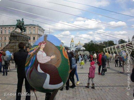 Дорогие друзья! Наконец-то я сегодня выбралась на Софиевскую площадь в Киеве, где на Пасхальные праздники расположена шикарная выставка писанок! Мне очень стыдно, что рядом живу, а вот сподобилась только сегодня, в воскресенье... Вот, постараюсь и вам передать мой восторг! фото 30