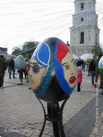 Дорогие друзья! Наконец-то я сегодня выбралась на Софиевскую площадь в Киеве, где на Пасхальные праздники расположена шикарная выставка писанок! Мне очень стыдно, что рядом живу, а вот сподобилась только сегодня, в воскресенье... Вот, постараюсь и вам передать мой восторг! фото 31