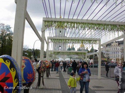 Дорогие друзья! Наконец-то я сегодня выбралась на Софиевскую площадь в Киеве, где на Пасхальные праздники расположена шикарная выставка писанок! Мне очень стыдно, что рядом живу, а вот сподобилась только сегодня, в воскресенье... Вот, постараюсь и вам передать мой восторг! фото 37