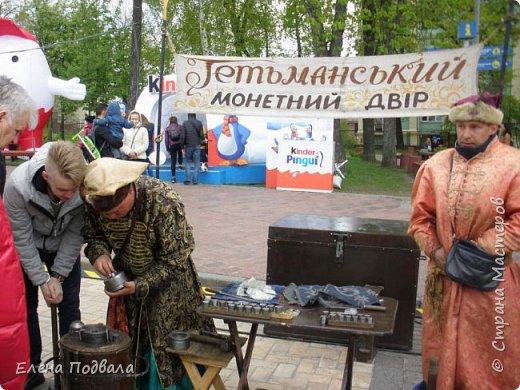 Дорогие друзья! Наконец-то я сегодня выбралась на Софиевскую площадь в Киеве, где на Пасхальные праздники расположена шикарная выставка писанок! Мне очень стыдно, что рядом живу, а вот сподобилась только сегодня, в воскресенье... Вот, постараюсь и вам передать мой восторг! фото 48