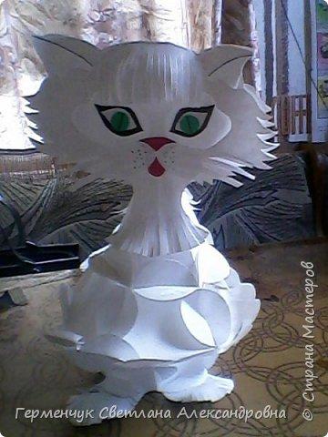 Такого  симпатичного котенка увидела  на сайте Маам.RU.Огромное спасибо автору этой работы Анне Хандожко !!! Игрушка объемная ,  туловище -шар кусудама ,крепится без клея .  А шея ,лапки ,хвостик  приклеиваются  между собой  к туловищу  . Все .   Котенок  стоит фото 1