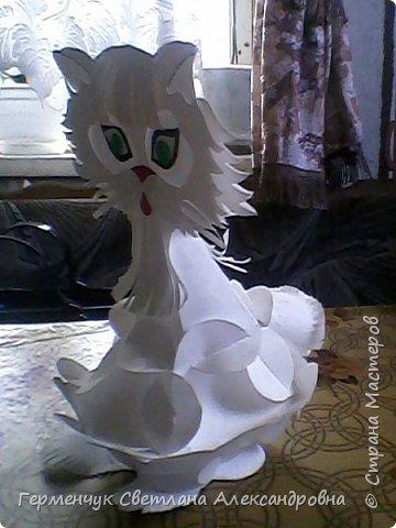 Такого  симпатичного котенка увидела  на сайте Маам.RU.Огромное спасибо автору этой работы Анне Хандожко !!! Игрушка объемная ,  туловище -шар кусудама ,крепится без клея .  А шея ,лапки ,хвостик  приклеиваются  между собой  к туловищу  . Все .   Котенок  стоит фото 3