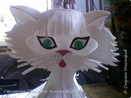 Такого  симпатичного котенка увидела  на сайте Маам.RU.Огромное спасибо автору этой работы Анне Хандожко !!! Игрушка объемная ,  туловище -шар кусудама ,крепится без клея .  А шея ,лапки ,хвостик  приклеиваются  между собой  к туловищу  . Все .   Котенок  стоит фото 2