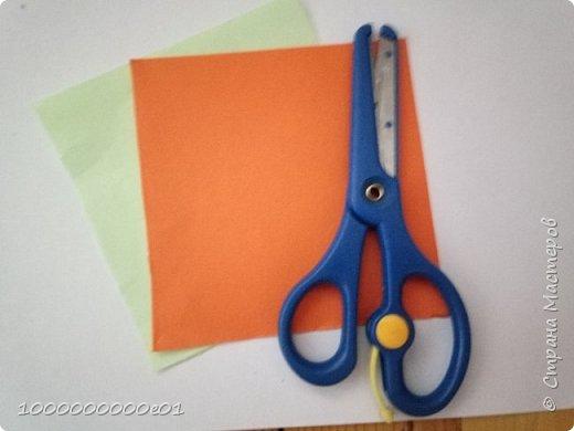 Вам понадобятся 2 листа бумаги (один - для корпуса, другой - для паруса) и ножницы. фото 1