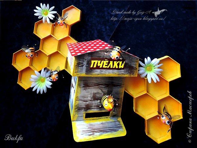 """Всем доброго времени суток! Всем сладкий привет! Такой сладкий-сладкий, как ромашковый мед! Красиво, да? Ромашковый мед! Не слышали о таком?! Смотрите: вот улей, вот пчелы и вот, в конце концов, ромашки. Значит пчелочки и собирают ромашковый мед:))) Что же это за инсталляция такая? А всё очень просто. Вторая по старшинству наша внучка ходит в детский садик, а ее группа называется """"Пчёлки"""". Группу, как всем мамам и некоторым папам известно, надо оформлять в определенной тематике. Вот и мы приобщились к этому делу!)))"""