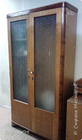 Здравствуйте! Случился у меня переезд в другой кабинет. А вот мебели к сожалению не предоставили.  Вот стоял такой шкафчик на выброс, производства где-то 60-х гг прошлого столетия. Решила я его облагородить.