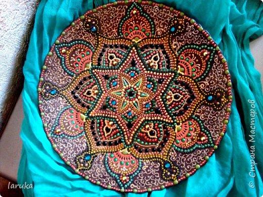 Расписала несколько тарелочек, диаметр 27-28 см. Эта - самая яркая.  Захотелось буйства красок  вне рамок гармонии, какого-то выплеска.  фото 6