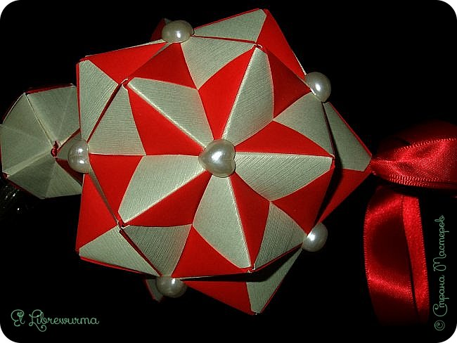 В чаду кусудамного угара я переделала много всяких кусудам со всякими цветочками, лепесточками, завитушками, etc, etc... И вот, пресытившись ими, нахожу очередную модель, сразившую меня как шахматной доской по голове. Просто — додекаэдры, просто — пирамидки, просто — в красно-нежную треугольную шашечку. ХОТЕЕЕЕТЬ!!! А виноват во всём на сей раз этот человек: https://stranamasterov.ru/node/223165 фото 5