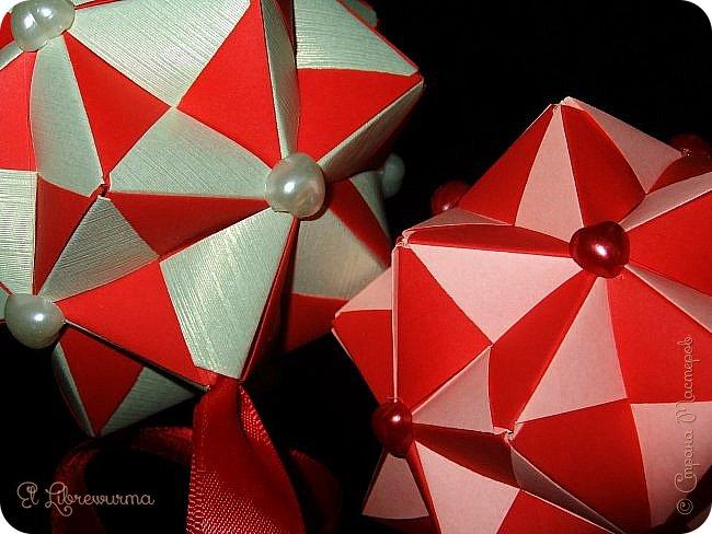 В чаду кусудамного угара я переделала много всяких кусудам со всякими цветочками, лепесточками, завитушками, etc, etc... И вот, пресытившись ими, нахожу очередную модель, сразившую меня как шахматной доской по голове. Просто — додекаэдры, просто — пирамидки, просто — в красно-нежную треугольную шашечку. ХОТЕЕЕЕТЬ!!! А виноват во всём на сей раз этот человек: https://stranamasterov.ru/node/223165 фото 1