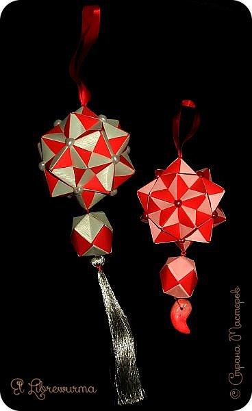 В чаду кусудамного угара я переделала много всяких кусудам со всякими цветочками, лепесточками, завитушками, etc, etc... И вот, пресытившись ими, нахожу очередную модель, сразившую меня как шахматной доской по голове. Просто — додекаэдры, просто — пирамидки, просто — в красно-нежную треугольную шашечку. ХОТЕЕЕЕТЬ!!! А виноват во всём на сей раз этот человек: https://stranamasterov.ru/node/223165 фото 7