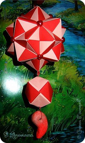 В чаду кусудамного угара я переделала много всяких кусудам со всякими цветочками, лепесточками, завитушками, etc, etc... И вот, пресытившись ими, нахожу очередную модель, сразившую меня как шахматной доской по голове. Просто — додекаэдры, просто — пирамидки, просто — в красно-нежную треугольную шашечку. ХОТЕЕЕЕТЬ!!! А виноват во всём на сей раз этот человек: https://stranamasterov.ru/node/223165 фото 4