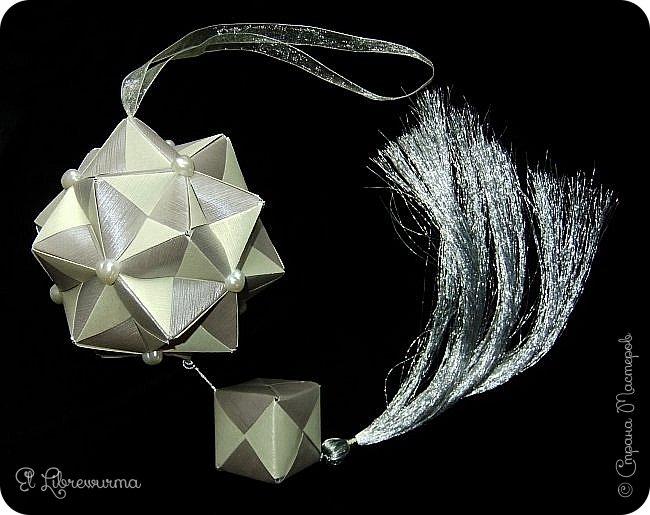 В чаду кусудамного угара я переделала много всяких кусудам со всякими цветочками, лепесточками, завитушками, etc, etc... И вот, пресытившись ими, нахожу очередную модель, сразившую меня как шахматной доской по голове. Просто — додекаэдры, просто — пирамидки, просто — в красно-нежную треугольную шашечку. ХОТЕЕЕЕТЬ!!! А виноват во всём на сей раз этот человек: https://stranamasterov.ru/node/223165 фото 8