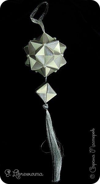 В чаду кусудамного угара я переделала много всяких кусудам со всякими цветочками, лепесточками, завитушками, etc, etc... И вот, пресытившись ими, нахожу очередную модель, сразившую меня как шахматной доской по голове. Просто — додекаэдры, просто — пирамидки, просто — в красно-нежную треугольную шашечку. ХОТЕЕЕЕТЬ!!! А виноват во всём на сей раз этот человек: https://stranamasterov.ru/node/223165 фото 10