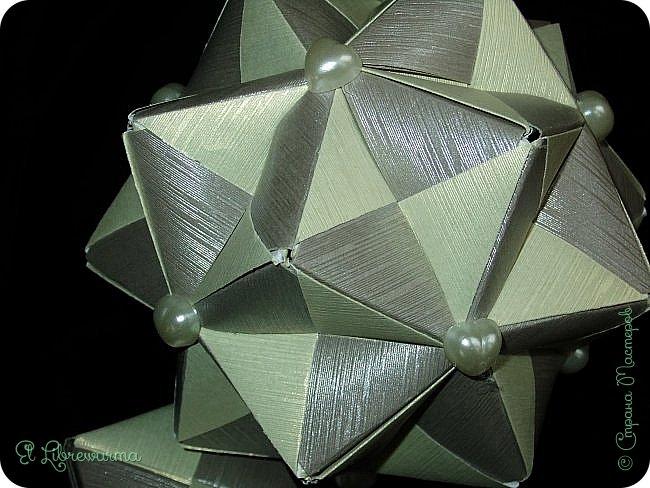 В чаду кусудамного угара я переделала много всяких кусудам со всякими цветочками, лепесточками, завитушками, etc, etc... И вот, пресытившись ими, нахожу очередную модель, сразившую меня как шахматной доской по голове. Просто — додекаэдры, просто — пирамидки, просто — в красно-нежную треугольную шашечку. ХОТЕЕЕЕТЬ!!! А виноват во всём на сей раз этот человек: https://stranamasterov.ru/node/223165 фото 9