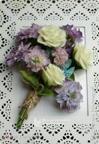 Приветствую всех жителей страны! Слепились у меня  на заказ два  букетика полевых цветов. Немного об истории этого заказа. Одна чудесная женщина попросила меня слепить два букетика из любимых полевых цветов для своей старенькой мамы. Ее мама выращивала их в своем саду. Я получила список любимых цветочков  и просьбу выполнить два букета в разных цветовых гаммах. Скажу честно,я долго собиралась с духом,чтобы начать эту работу. Изучила много фото полевых цветов и мастер- классов. И так,как мне очень хотелось порадовать пожилую женщину, я взялась за этот заказ и постаралась вложить в него всю теплоту и любовь,какую я испытываю к своим мамочке и бабушке,зная,что эти букетики призваны пробудить добрые воспоминания и переживания! И надо сказать,что я сама получила колоссальное удовольствия,создавая и собирая эти букетики. Я слепила практически все цветочки из списка,кроме одного) Вот такой у меня случился опыт:) фото 2
