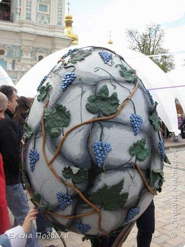 Дорогие друзья! Наконец-то я сегодня выбралась на Софиевскую площадь в Киеве, где на Пасхальные праздники расположена шикарная выставка писанок! Мне очень стыдно, что рядом живу, а вот сподобилась только сегодня, в воскресенье... Вот, постараюсь и вам передать мой восторг! фото 25