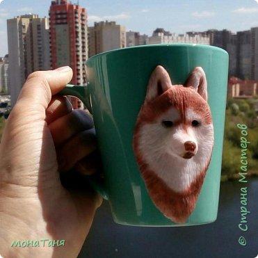 Добрый день! Сегодня я к Вам с собаками. Новая чашка декорированная полимерной глиной.  Очень понравился шоколадный хаски,  его и попробовала изобразить. Лепила собак по фото.  фото 3