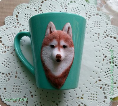 Добрый день! Сегодня я к Вам с собаками. Новая чашка декорированная полимерной глиной.  Очень понравился шоколадный хаски,  его и попробовала изобразить. Лепила собак по фото.  фото 1