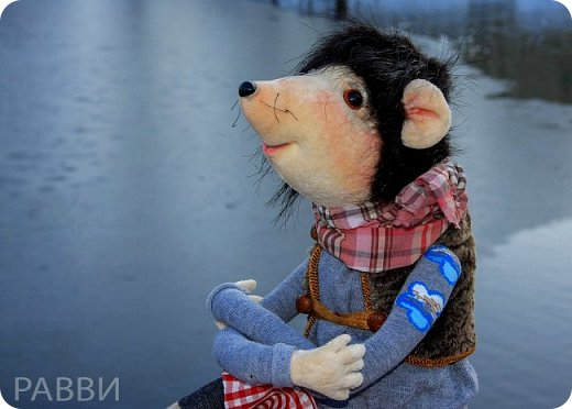 Девочки, хочу вас познакомить с новой текстильной куклой- Мышь дворцовый Вениамин. Тельце, мордочка и лапки сшиты из бархата, прическа натуральная нутрия, одежда из достаточно винтажной ткани, жилетик из каракуля и ботинки из натуральной замши.подошва пробковая. фото 2