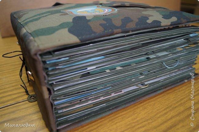 Всем здравствуйте! Сегодня я вам хочу показать армейский альбом для сына.  Материал весь был собран и приготовлен еще ранней осенью. Начала его делать в середине января. Делался урывками. Разворот-два сделаю и недели две не подхожу к столу, нет времени. Уже готовый в переплете две недели ждал обложку. В воскресенье свершилось чудо и я его наконец одела. Радости нет от проделанной работы, перегорела. Много косяков. Эту обложку придумала сама, очень долго все продумывала что и как. А вчера увидела в интернете почти такую же. Разочарование полное. У меня всегда так, изобретаю велосипед, а потом выясняется, что люди давно уже на нем ездят. Обложку перешивала и распарывала пять раз. Воротничок стянулся, я уже психанула и ничего не стала исправлять. фото 3