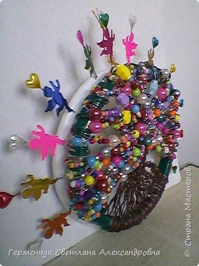 В Беларуси 15 мая -День семьи, Главной  функцией семьи  является - рождение и воспитание детей,уважение  старших,помять  о предках.И  не случайно символ семьи  -дерево жизни. Существует очень красивая  и добрая традиция -посадка  дерева женихом и невестой. Молодые  как бы закладывают  фундамент  семейного благополучия.Дерево-  символ жизни,любви и  оберег  семьи .  фото 15