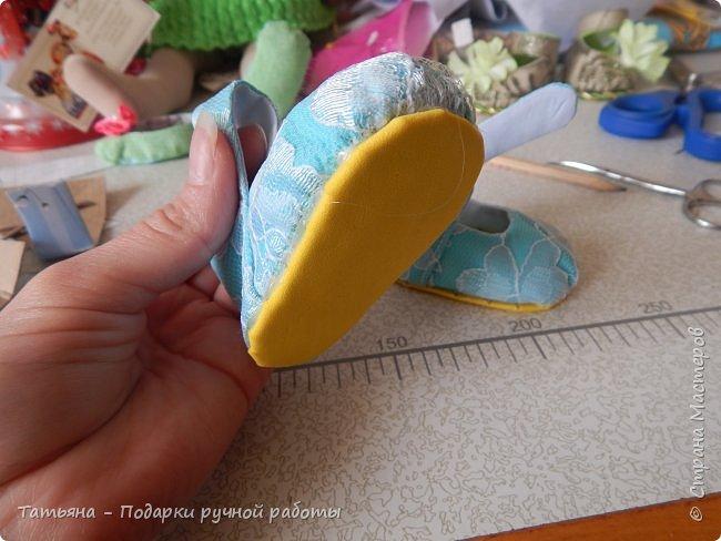 Представляю вам МК -  обувь для кукол. МК делаю впервые, попробую описать все более подробней...Для работы нам понадобиться: горячий клей, картон плотный, фоамиран,(вместо него можно использовать кожу или фетр) ткань хлопковая для внутренней части, шифон, гипюр,дублерин  или флизелин.  фото 20