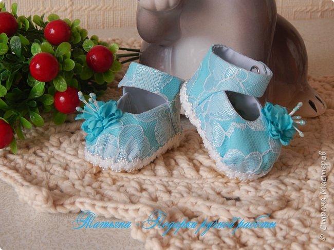 Представляю вам МК -  обувь для кукол. МК делаю впервые, попробую описать все более подробней...Для работы нам понадобиться: горячий клей, картон плотный, фоамиран,(вместо него можно использовать кожу или фетр) ткань хлопковая для внутренней части, шифон, гипюр,дублерин  или флизелин.  фото 23