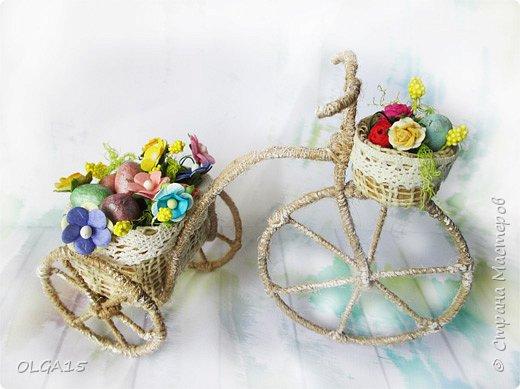 Здравствуйте, друзья! Маленький декоративный велосипедик из проволоки и шпагата, с пасхальной корзиной и яйцами из соленого теста. фото 1